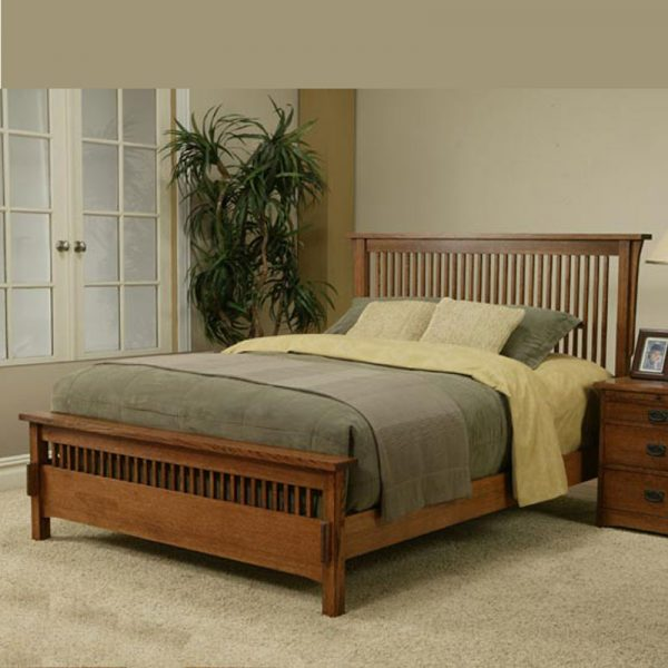 East King Spindle Bed with Medium Footboard